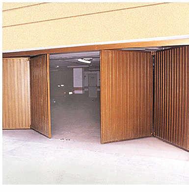 Casa residencial familiar instalacion de puertas en - Puerta plegable madera ...